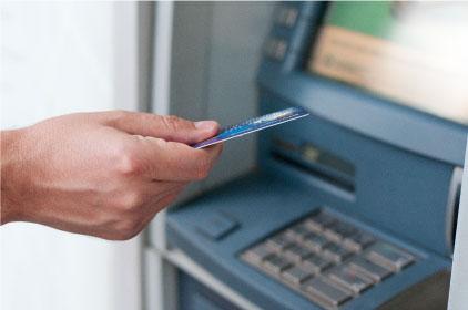Retira dinero en cajeros automáticos locales e internacionales.